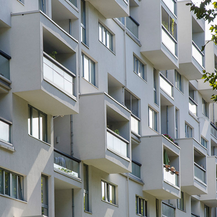 Vorgebaute Balkone mit Glasteilen